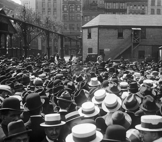 Emma Goldman taler ved Union Square, New York i 1916. (Kilde: Wikimedia Commons)